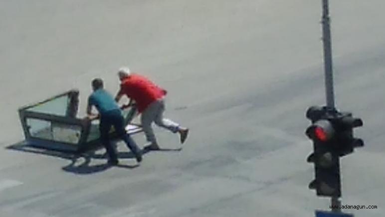 Kamyonetin bagajı yerinden çıkarak yola düştü. Sürücü farkında bile olmadı