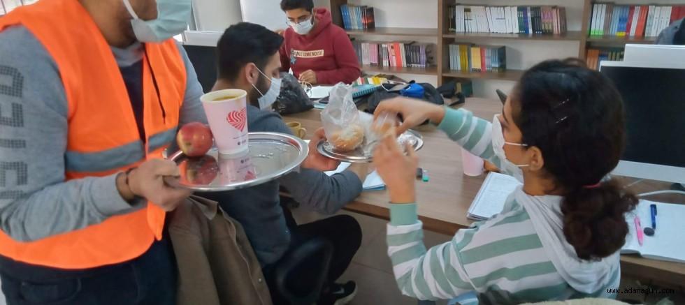 Öğrenciler ders çalışıyor, ikramları Seyhan yapıyor