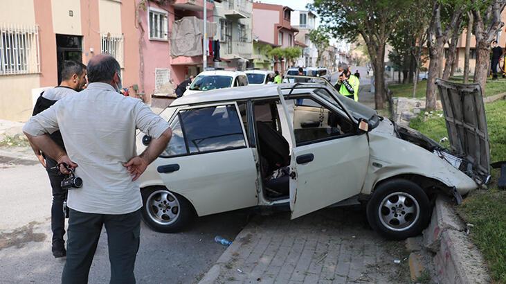 Otomobil, çocuk parkında beton bordüre çarptı; 3 kişi yaralandı